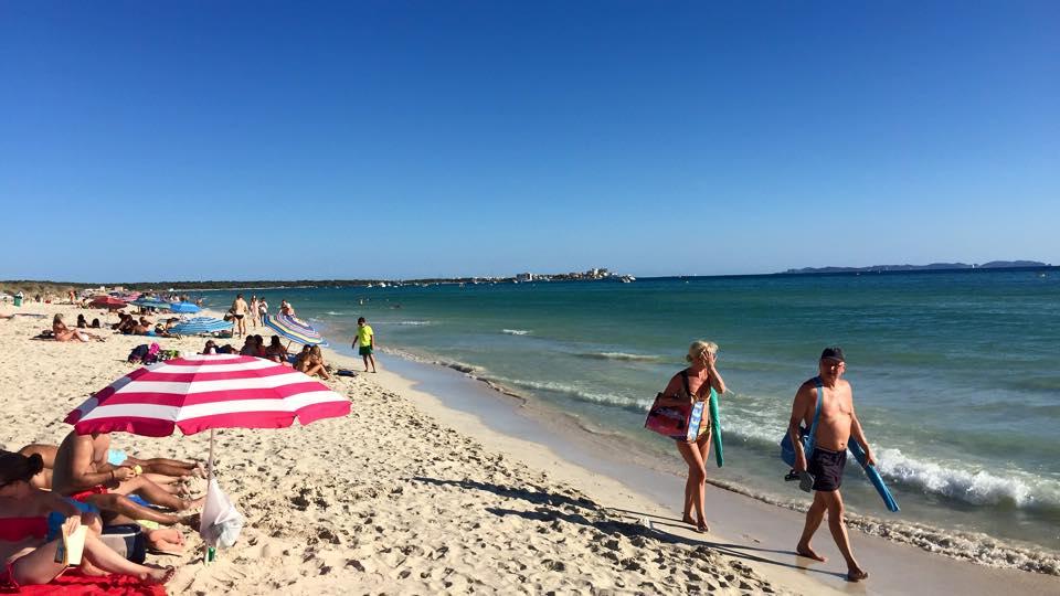 Sommer, Strand, Sonne, Meer und blauer Himmel
